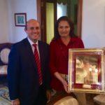 El Presidente D. Manuel Salmerón Fuentes hizo entrega a la Sra. del Coronel, Dª de un cuadro de la imagen de Santiago